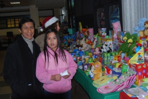 Volunteer Edgar Prado helps a shopper